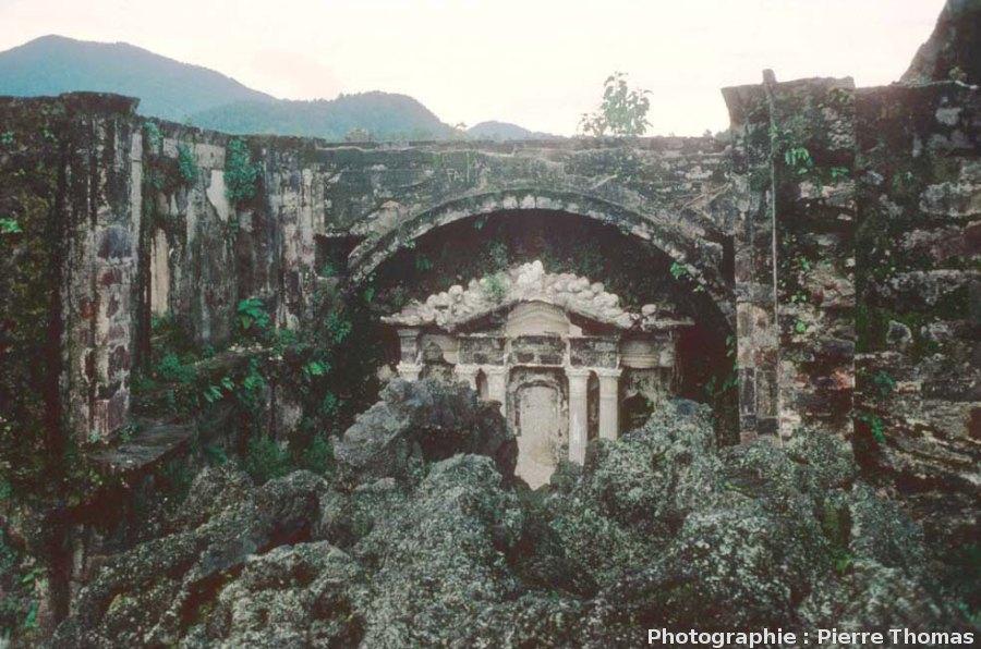 Ce qu'il reste de l'autel et du chevet de la basilique de San Juan Parangaricutiro, Mexique (état 1977)