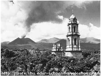 La basilique de San Juan Parangaricutiro (Mexique) déjà recouverte par la lave, le cône du Paricutin fumant encore (photo prise entre 1944 et 1952)