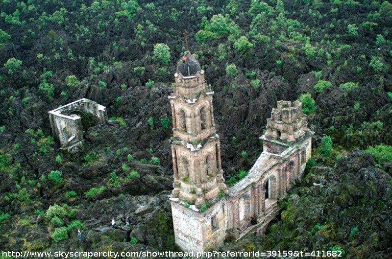 Photo aérienne extraite d'un site datant de 2006 montrant l'état de la basilique de San Juan Parangaricutiro (Mexique) bien postérieurement à 1977