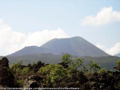Vue récente du cône du Paricutin (Mexique) prise du sol