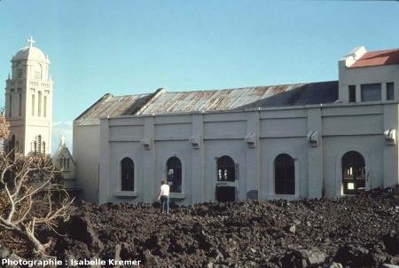 L'église de Piton Sainte Rose (île de La Réunion) quelques mois après l'éruption d'avril 1977