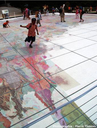 Un jeune garçon saute à cloche-pied sur la Zone Broyée Sud-Armoricaine