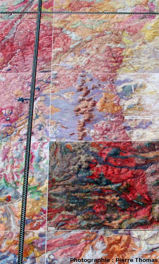 Gros plan sur la mosaïque au niveau de la Chaîne des Puys