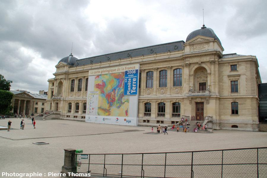Agrandissement de la carte géologique de France au 1/1000000 sur la façade de la Grande Galerie de l'Évolution