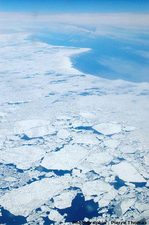Limite entre la banquise de juin en cours de dislocation et la mer libre au-dessus du détroit de Davis, entre le Groenland et l'île de Baffin (Canada)