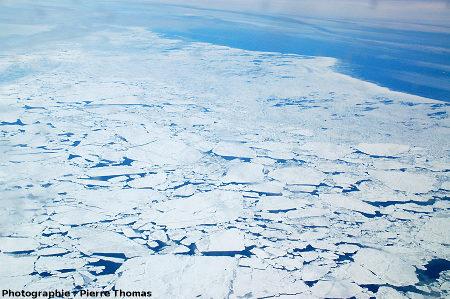 Limite entre la banquise de juin en cours de dislocation (à gauche) et la mer libre (à droite) au-dessus du détroit de Davis, entre le Groenland et l'île de Baffin (Canada)