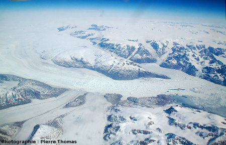 Vue aérienne du bord de la calotte glaciaire du Groenland (côte orientale), juin 2007