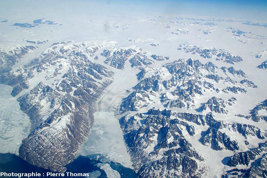 Un glacier de la côte Est du Groenland se jette dans un fjord non recouvert par la brume