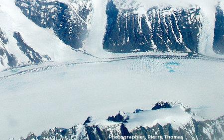 Zoom sur les petits lacs visibles sur un glacier de vallée issu de la calotte groenladaise