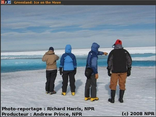 Au bord d'un lac bleu d'été sur la calotte du Groenland