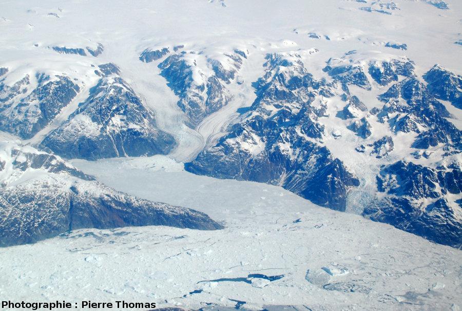 Champ plus élargi que l'image 1 montrant la confluence, le fluage et l'écoulement ductile de glaciers, côte orientale du Groenland