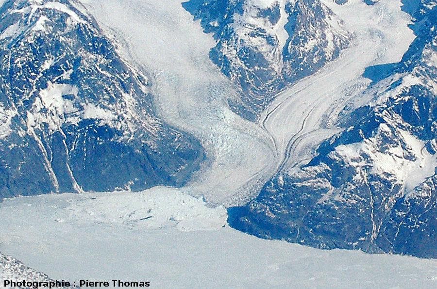 Détail de la confluence, du fluage et de l'écoulement ductile de glaciers, côte orientale du Groenland
