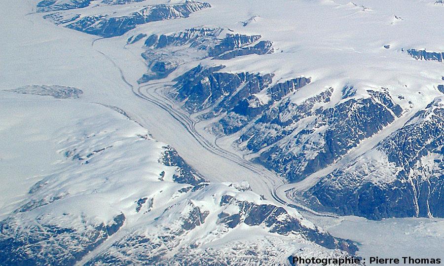 Confluences multiples de glaciers visualisées par leurs moraines, côte orientale du Groenland