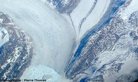 Gros plan sur la confluence de deux glaciers, côte orientale du Groenland