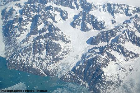 «Petit» glacier se jetant dans la mer, côte orientale du Groenland