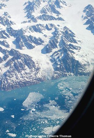 Vue plus éloignée du même «petit» glacier se jetant dans la mer, côte orientale du Groenland.
