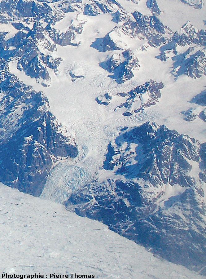 Vue plus détaillée de la zone de séracs du glacier précédent, côte orientale du Groenland
