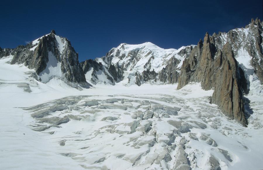 Une zone de formation de séracs vue de l'aval vers l'amont depuis la télécabine de la Vallée Blanche (74)