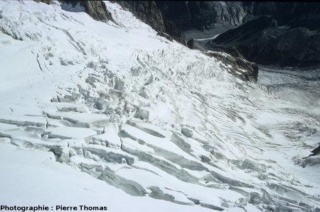Une autre zone de séracs vue de l'amont vers l'aval depuis la télécabine de la Vallée Blanche (74)