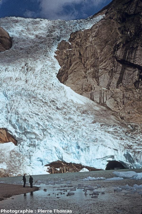 Le glacier Briksdalen (Norvège, 61° 39' 48'' N, 6° 52' 31'' E) se jetant dans un lac, en 1973