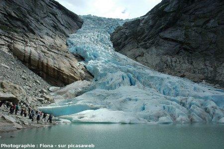 Le glacier Briksdalen (Norvège, 61° 39' 48'' N, 6° 52' 31'' E) se jetant dans un lac, en 2006