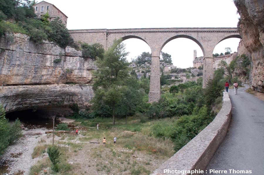 La sortie (porche 4) du pont naturel aval de Minerve, Hérault