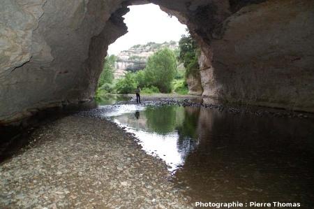 Sous le pont naturel amont de Minerve, Hérault