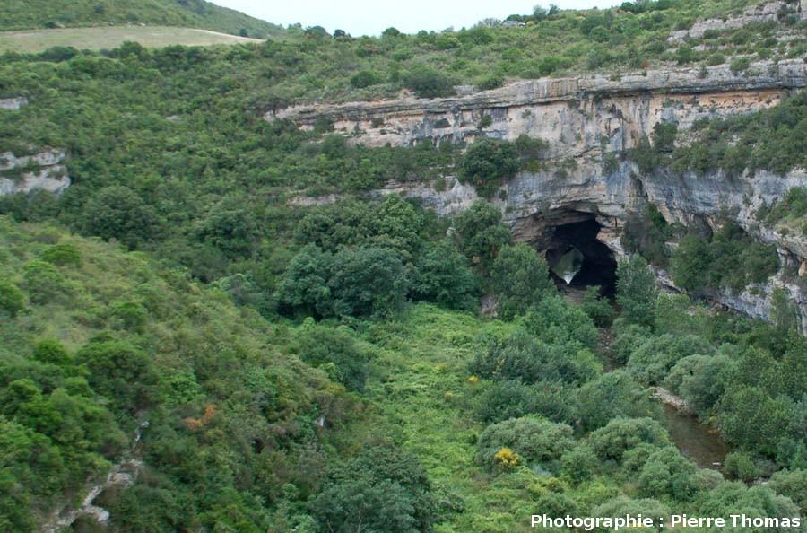 La sortie du pont naturel amont de Minerve, vue du sommet du plateau