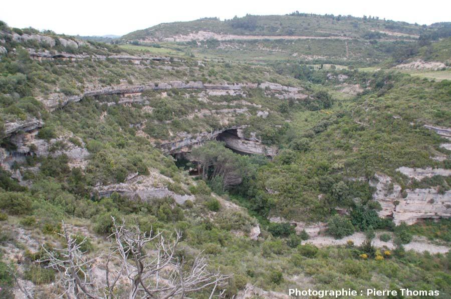 L'entrée du pont naturel amont de Minerve, vue du sommet du plateau