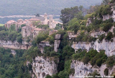 Les calcaires à alvéolines et le village de Minerve (Hérault)