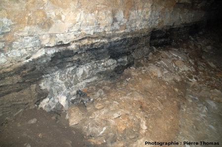 Un niveau de lignite dans une galerie de recherche horizontale, La Caunette (Hérault)