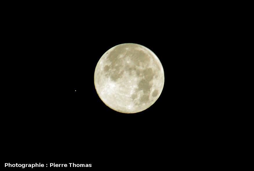 Montage de 2 photographies montrant une conjonction rapprochée Lune-Mars (24 décembre 2007)