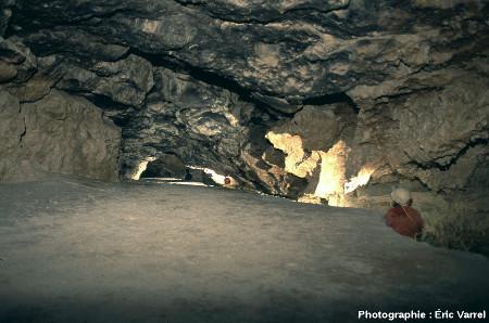 Amont de la Galerie du Boulevarve, la Grotte Sous Les Sangles (La Burbanche, Ain)