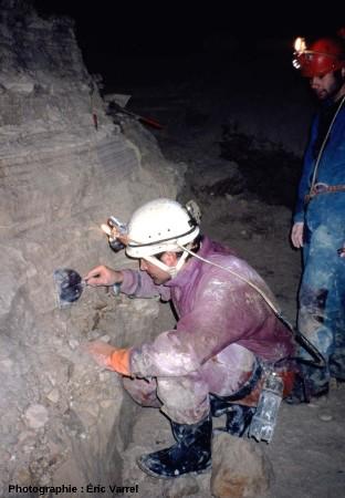 Décapage d'un affleurement du remplissage de la galerie du Boulevarve, la Grotte Sous Les Sangles (La Burbanche, Ain)