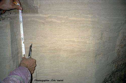 Coupe rafraîchie dans les rythmites en bordure de galerie, la Grotte Sous Les Sangles (La Burbanche, Ain)