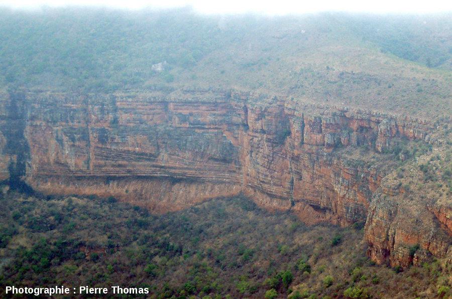 Stratifications obliques dans les grès rouges du super groupe du Transvaal (2,6 à 2,2Ga), canyon de la Blyde River, Afrique du Sud