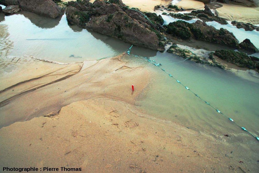 Vue d'ensemble du trou d'eau et du mini-delta sur une plage du Cap Gris Nez (Pas de Calais)