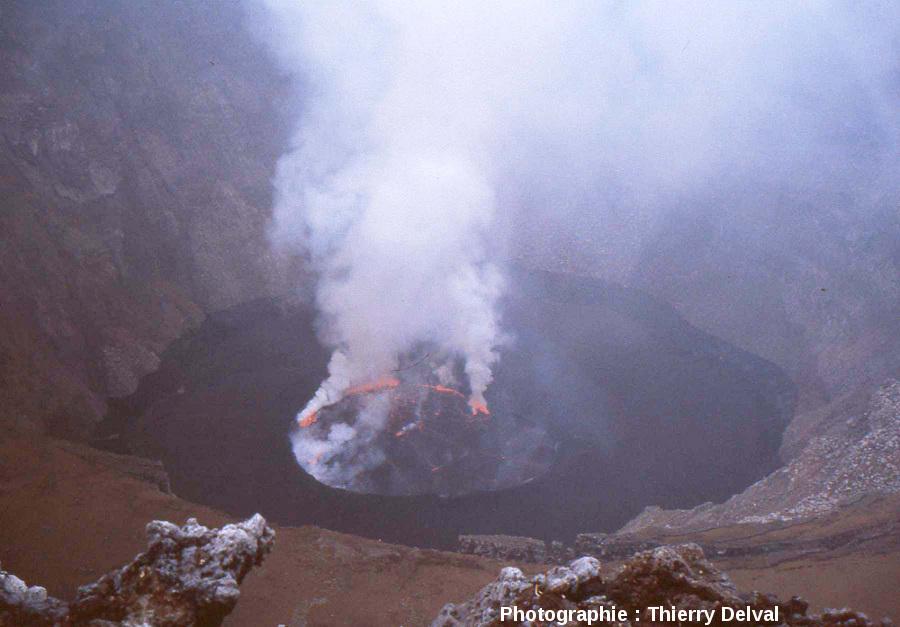 Le lac de lave du cratère du Nyiragongo en août 2007 (République Démocratique du Congo)