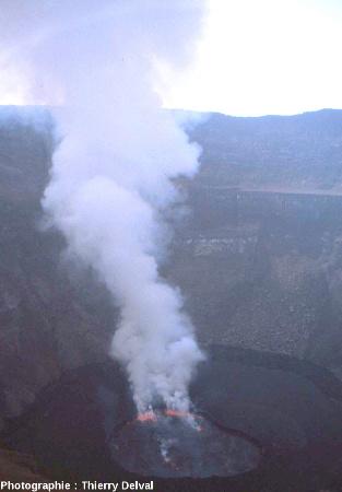 Le cratère du Nyiragongo en août 2007 (République Démocratique du Congo)
