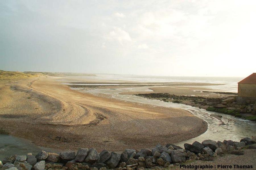 Vue d'ensemble (prise à marée basse) d'un cordon littoral constitué de galets et barrant presque totalement l'estuaire de la Slack (Pas de Calais)