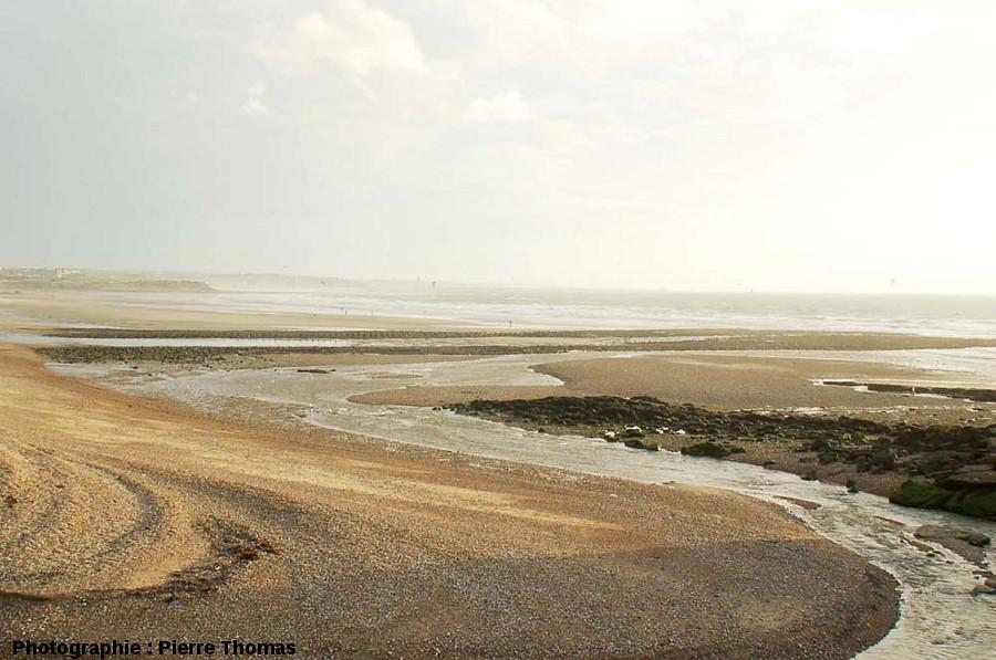 La double digue artificielle, recouverte à gauche par le cordon littoral, estuaire de la Slack (Pas de Calais)