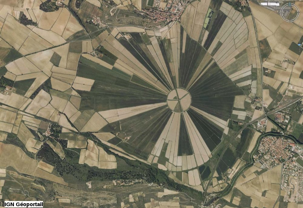 Vue aérienne verticale de l'étang de Montady (Hérault)