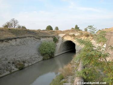 L'entrée Ouest du tunnel de Malpas par où passe le canal du Midi