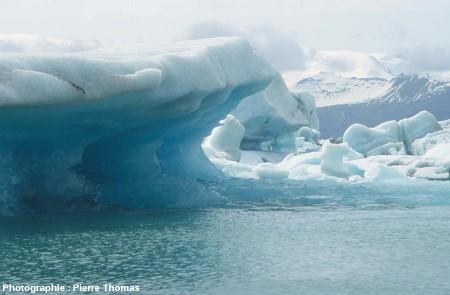 Bord d'un iceberg d'une très belle couleur bleutée, érodé et sapé par la mer, lagune du Jökulsarlon, Islande
