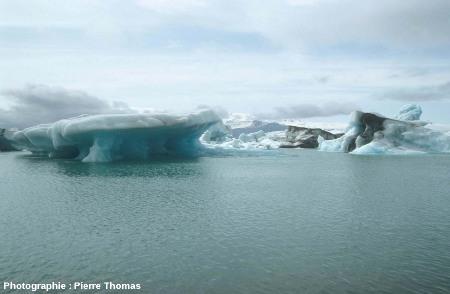 Iceberg au bord érodé et sapé par la mer, lagune du Jökulsarlon, Islande