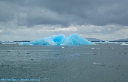 Vue générale d'un gros iceberg sur la Laguna San Rafael, Chili