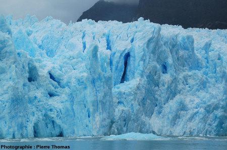 Crevasses au milieu du front du glacier de San Rafael, Patagonie chilienne