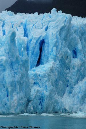 Gros plan une crevasse centrale du front du glacier de San Rafael, Patagonie chilienne