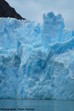 Gros plan sur un pinacle de glace, front du glacier de San Rafael, Patagonie chilienne