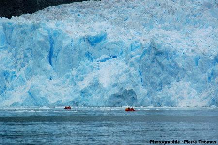 Zodiacs au pied du front du glacier de San Rafael, Patagonie chilienne